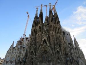 Die Sagrada Familia ist eine römisch-katholische Basilika. der Bau von Antoni Gaudi im Stil des Modernisme entworfenen Kirche ist bis heute unvollendet. Mit dem Bau 1882 begonnen und soll 2026 zum 100. Todestag von Gaudi fertiggestellt werden.